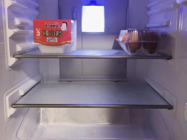 ミニマリストの冷蔵庫。一人暮らしの冷蔵庫の中身は極力シンプルに