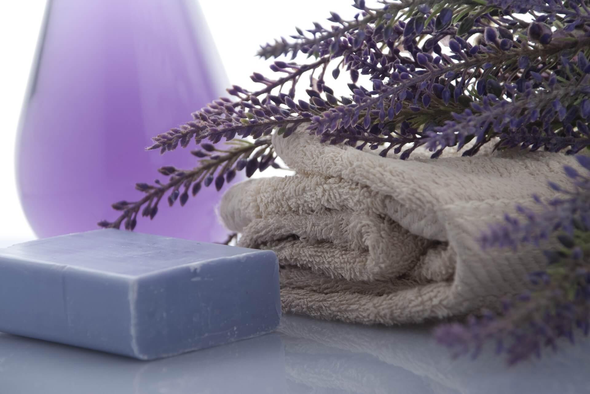 石鹸とタオルとラベンダー