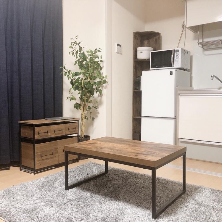 ミニマリストのテーブル。一人暮らしにダイニングテーブルは不要